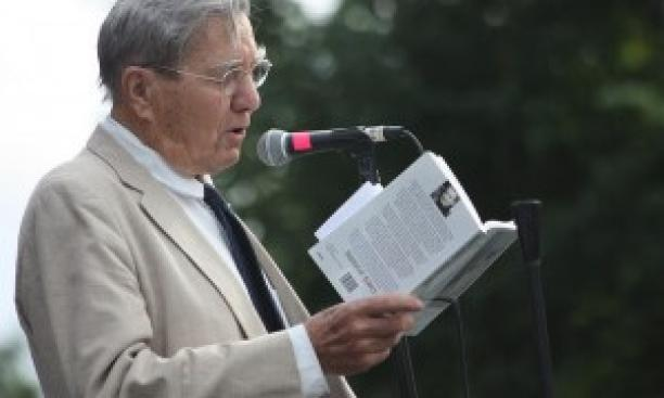 Galway Kinnell '48 at a 2009 reading. (T. Carrigan/Flickr)
