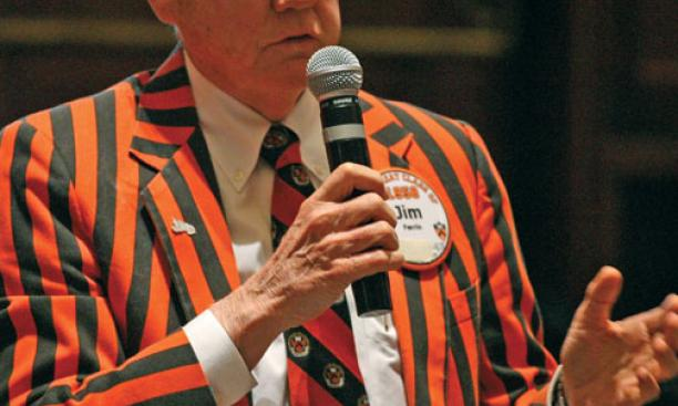 Jim Farrin '58 asks President Tilghman a question during her annual Reunions conversation.