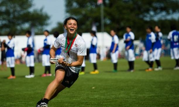Lyra Olson '16 accepts the team spirit trophy for the United States at July's World Under-23 Ultimate Championships. (Ultiphotos/Kevin Leclaire)