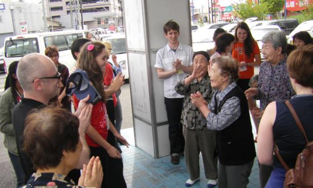 Global seminar participants talk with residents of a day center for senior residents displaced by the tsunami in Ishinomaki.