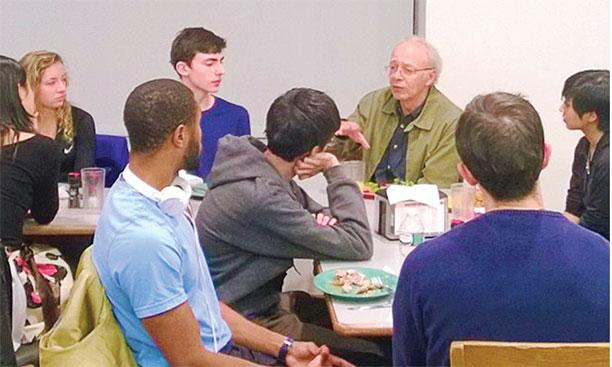 Peter Singer talks with students at a dinner sponsored by the Princeton Journal of Bioethics.Maria Wissler '18