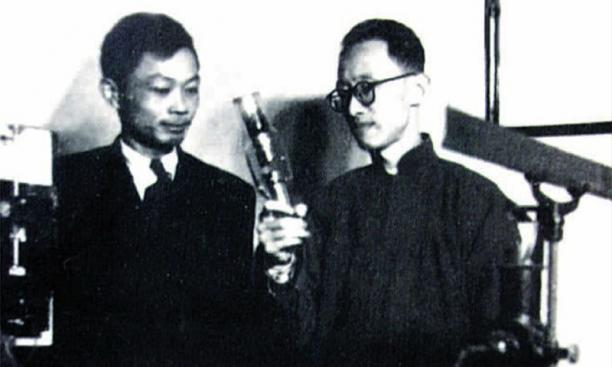 Tung Ching Chow *33, right, with Jun-Hsin Fang and their first X-ray tube