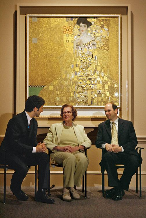 Schoenberg, right, speaks with Maria Altmann and Michael Govan, director of the Los Angeles County Museum of Art, in 2006. Behind them is Portrait of Adele Bloch-Bauer I.